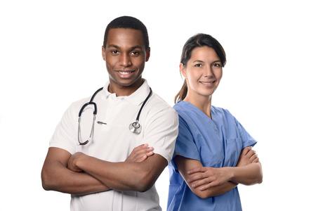 Afrikaanse arts met een lachende gelukkig Kaukasische verpleegkundige of medische collega staande rug aan rug met de armen over elkaar geïsoleerd op wit, bovenlichaam portret conceptuele van de gezondheidszorg