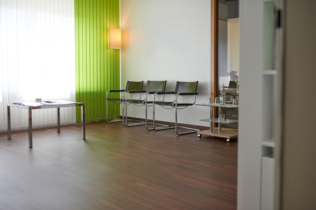 Médecins ou dentistes vide salle d & # 39 ; attente avec une rangée de sièges contre un mur devant un mur de fenêtre et de l & # 39 ; espace de copie Banque d'images - 82009529