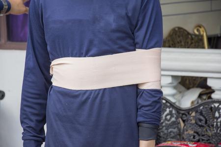 luxacion: dislocación del hombro y aplicar improvisar venda elástica