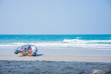 Gummiboot am Strand und Himmelblau