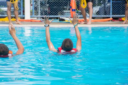 익사하는 사람들이 수영장 물에 두 손 희생자를 보여줍니다.