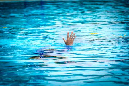 피해자 익사 표시 핸드 도움 요청