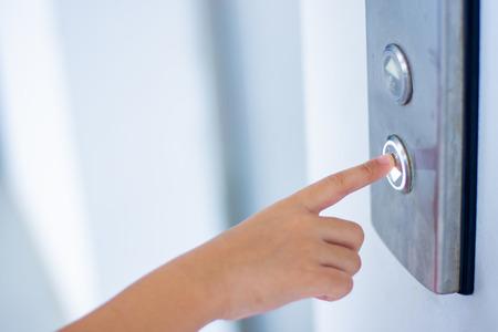 bambino dito pulsante swith giù ascensore