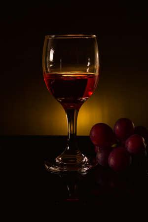 red wine and grape in black tone Standard-Bild