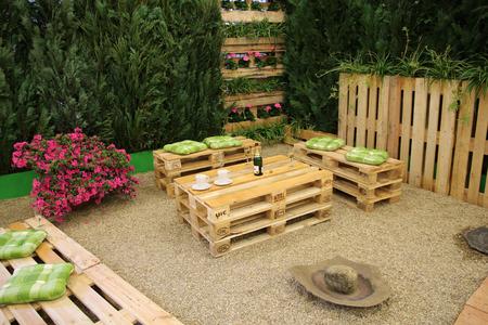 muebles de jardín con palets Foto de archivo