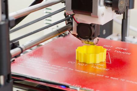 노란색 ABS 필라멘트와 3D 프린터 인쇄의 세부 사항 스톡 콘텐츠