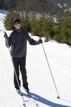 cross country: Muchacho adolescente edad disfrutando de esqu� de fondo en Alp