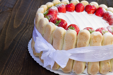 galletas: Delicioso pastel de fresas Charlotte en un fondo de madera