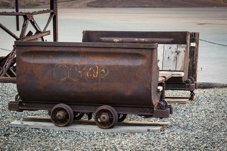 석탄을 수송하는 데 사용하는 오래 된 케이블 방식에서 녹슨 캐리지. 요즘 벤치로 사용 스톡 콘텐츠