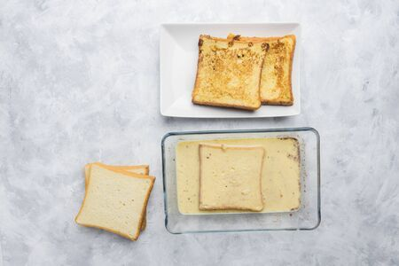 Ingredients and preparation of delicious sweet French toast with cinnamon and vanilla. Quick and easy breakfast, top view Banque d'images