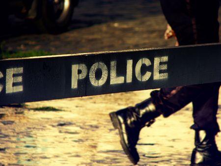 escena del crimen: L�nea de la polic�a, no Cruz - botas de polic�a en el disparo de fondo puesta de sol.
