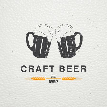 Beer pub. Brouwen oude school van vintage label. Oude retro vintage grunge. Bekrast, beschadigd, vuil effect. Typografisch labels, stickers, logo's en badges. Flat vector illustratie