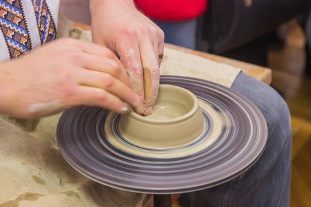 craftswoman: The process of manufacture by arms and training on the machine pottery