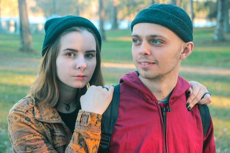 Deux heureux sans-abris homme et femme se tiennent ensemble Banque d'images - 76500410