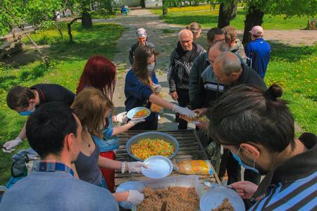 Jytomyr, UKRAINE - 21 mai 2017: Des activistes anarchistes à la campagne Food Not Bombs nourrissant les sans-abri à Zhytomyr