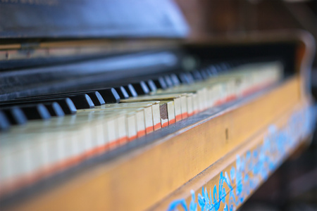 old vintage piano under the rays of the sun Stock Photo