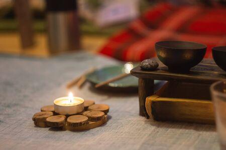 Meditation mit Kerze und Weihrauch bei der Arbeit am Laptop