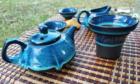 Tea ceremony at the park. Pouring tea at bowls Stockfoto