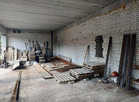 Wohnbau-Baustelle aus den Ziegeln. Innenansicht Standard-Bild