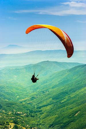 fallschirm: Gleitschirmfliegen im Tal Lizenzfreie Bilder