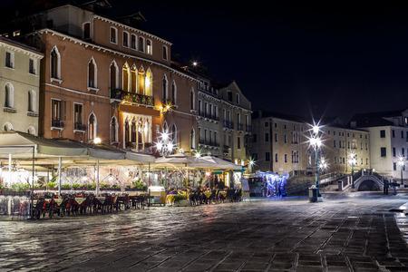 restaurante italiano: Riva Schiovani en la noche, Venecia Foto de archivo