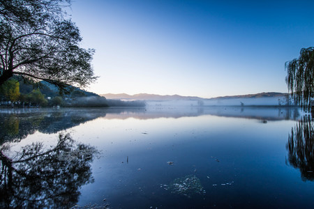morning blue hour: Lake Posta Fibreno in a foggy sunrise, Ciociaria, Frosinone, Italy Stock Photo