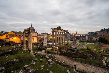 templo romano: Foro romano en una mañana nublado, Roma, Italia