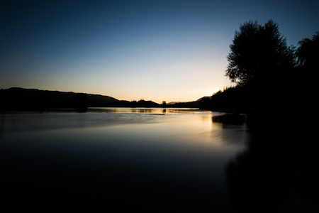 Sonnenuntergang am Posta Fibreno See, Ciociaria, Italien Standard-Bild - 84995933