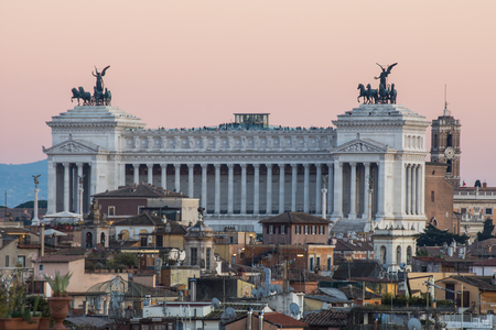 Altar of the Fatherland in a Panoramic View at sunest, Rome, Italy Standard-Bild - 95865209