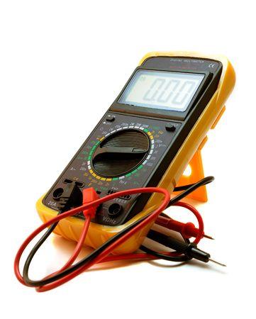 contador electrico: Mult�metro digital de equipo de medici�n el�ctrica aislada sobre fondo blanco
