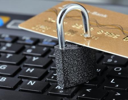 personalausweis: Kreditkarte mit dem Schloss auf einem Hintergrund Laptop. Symbolisiert Zuverl�ssigkeit und Sicherheit des Internet