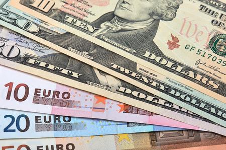 dinero euros: Hacia fuera aventado billetes de euros y dólares. De Cerca.