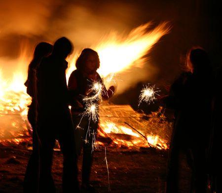 guy fawkes night: gente alrededor de una hoguera, noche de Fawkes del individuo, Reino Unido