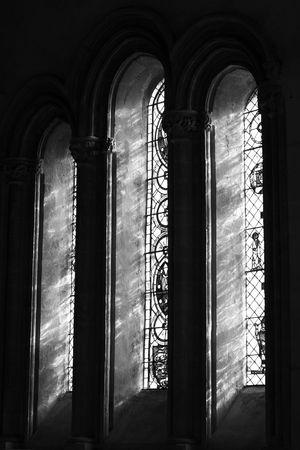 window church: Finestra nella chiesa della parrocchia di Chetwode (abbey precedente) in Buckinghamshire, Inghilterra Editoriali
