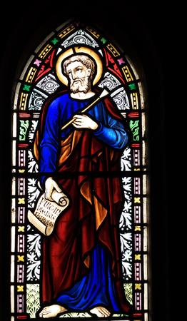 ルーク: ビクトリア朝のステンド グラス教会 St ルーク福音伝道者、ラテン語「diebus herodes のソルベを添えて」で彼の福音の初めの彼の手でスクロールを描いた Fringford ウィンドウの詳細