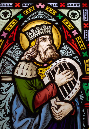 window church: dettaglio del vittoriano di vetrate finestra nella chiesa Fringford raffigurante re Davide, l'autore per i salmi nel Vecchio Testamento con una mano arpa