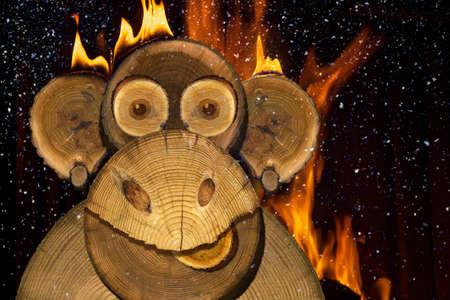 felicitaciones: Retrato de un mono del fuego de A�o Nuevo hecha de madera.