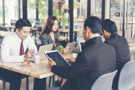 Business Marketing Team Samenwerken op kantoor. Groep mensen die bijeenkomen om samen te werken. Marketingcommunicatiestrategie bedrijfsbureau. Zakelijke teamwerkconferentievergadering buiten. Bedrijfsconcept Stockfoto