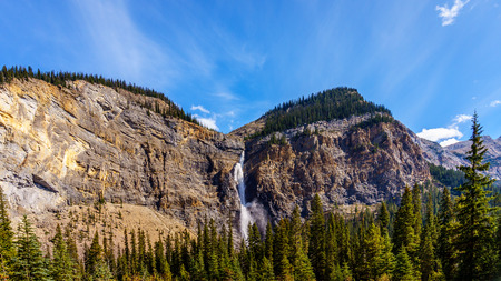 Dalingen van Takakkaw in Yoho National Park in de Rocky Mountains in British Columbia, Canada. Kelderen van bovenaf op een hoogte van 380m 1246 ft met een 254m 833 ft vrije val is de tweede hoogste waterval van Canada