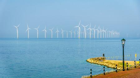 Windmolenpark in de binnenzee genoemd IJselmeer gezien vanuit het historische vissersdorpje Urk in Nederland