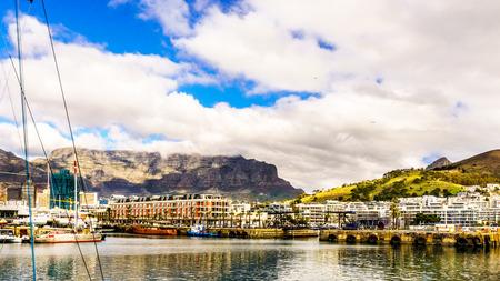 Wolkendeken over Lijstberg zoals die van Victoria en Albert Waterfront in Cape Town Zuid-Afrika wordt gezien
