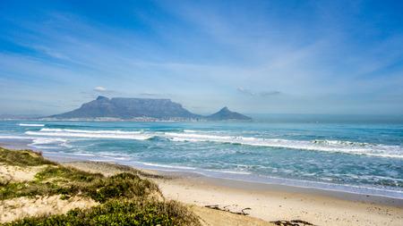 Am frühen Morgen Blick auf Kapstadt und Tafelberg mit Lion's Head und Signal Hill auf der rechten Seite und Devil's Peak auf der linken Seite. Von Bloubergstrand nördlich der Stadt aus gesehen