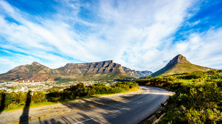 Sun setting over Cape Town, Table Mountain, Devils Peak, Lions Head and the Twelve Apostles. Viewed from the road to Signal Hill at Cape Town, South Africa Foto de archivo