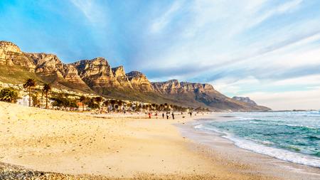 Camps Bay strand nabij Kaapstad Zuid-Afrika op een mooie winterdag, met de achterkant van de Tafelberg, de twaalf apostelen genoemd, aan de linkerkant