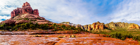 Panorama of Bell Rock and Cathedral Rock between the Village of Oak Creek and Sedona in northern Arizona in Coconino National Forest, United States of America 版權商用圖片
