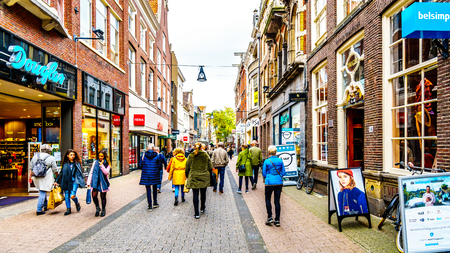 Zwolle, Overijsel/the Netherlands - Oct. 4, 2018: The busy shopping street named Diezerstraat in the center of the historic hanseatic city of Zwolle Фото со стока - 122739174