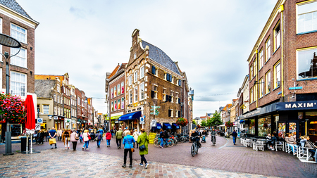 Zwolle, Overijselthe Netherlands - Oct. 4, 2018: People walking, biking and hanging out at the center square, named Grote Plein, in the historic hanseatic city of Zwolle Редакционное