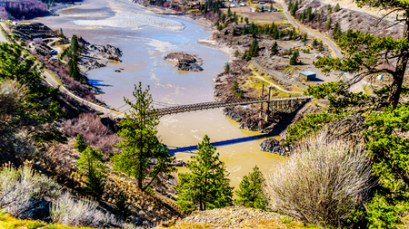 View of The Old Bridge, a single lane bridge over the Fraser River at the town just north of the town of Lillooet, British Columbia, Canada Stockfoto