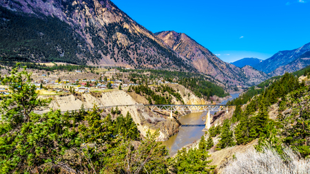 Railway bridge over the Fraser River along Highway 99, as the river flows though a canyon to the town of Lillooet in the Chilcotin region on British Columbia, Canada Stockfoto