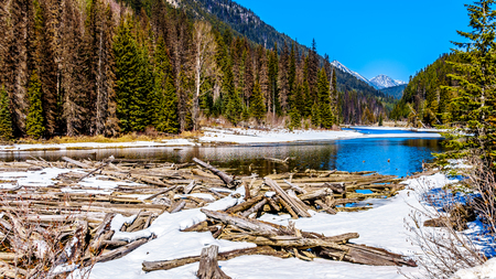 Frozen log jam at Duffey Lake in the Coast Mountains. The lake is part of the Cayoosh Creek that runs along the Duffey Lake road between Pemberton and Lillooet in British Columbia, Canada Stockfoto